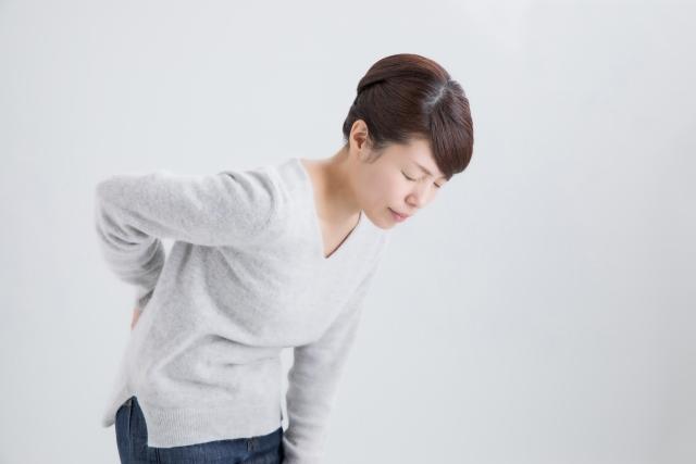 つらい腰痛に悩む女性