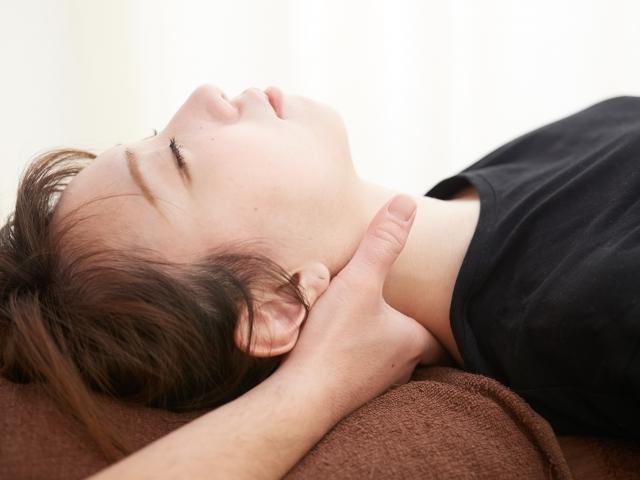 首がリラックスできる姿勢で施術を行います