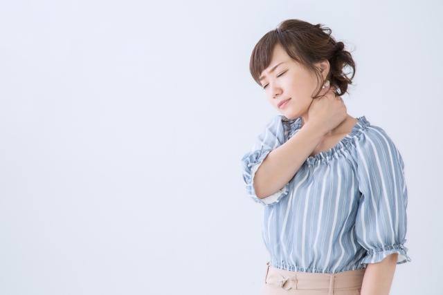 頚椎ヘルニアの症状に悩む女性