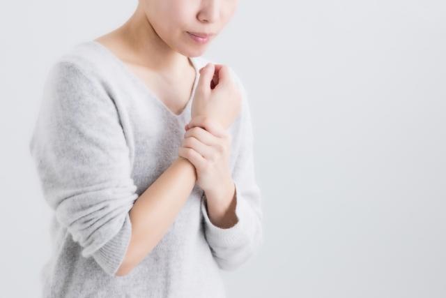 腱鞘炎の症状に悩む女性