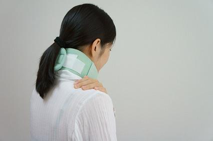 むち打ちの症状に悩む女性