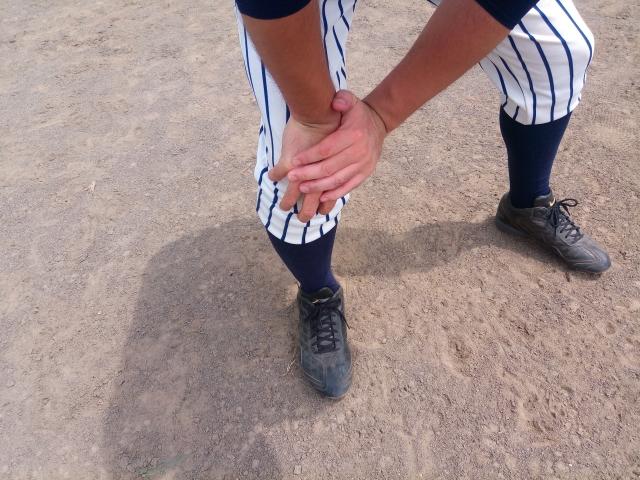 スポーツ障害による膝の痛みが辛い男性